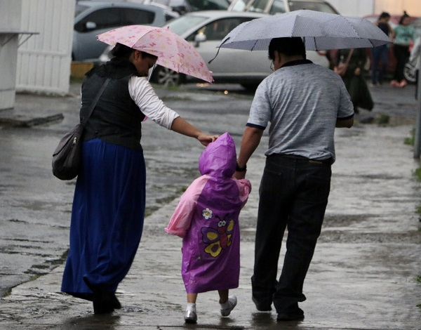 Se recomienda a la población tener cuidado, porque las lluvias fuertes pueden provocar peligros asociados con encharcamientos, bajadas de agua en calles y avenidas, caída de ramas, árboles y lonas, entre otros. Foto: Cuartoscuro
