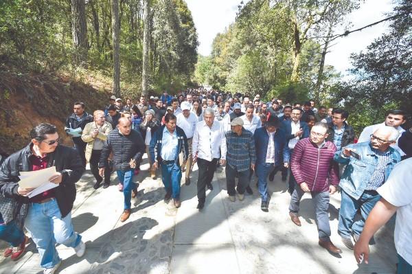 AL CÉSAR. Andrés Manuel López Obrador destacó la honradez de las autoridades comunitarias. Foto: Notimex