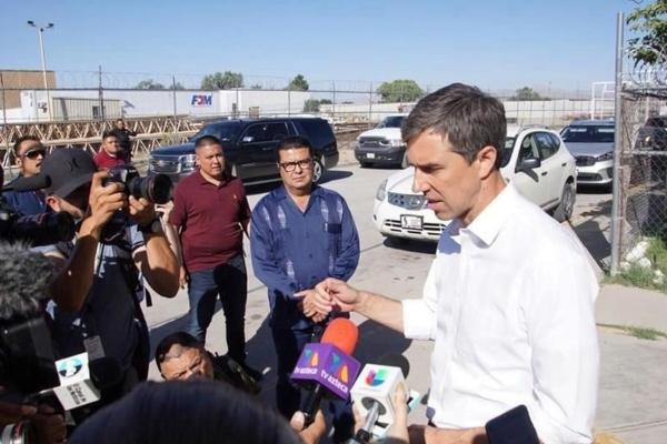 El integrante del Partido Demócrata escuchó las historias de centroamericanos que dejaron sus países de origen. Foto Especial