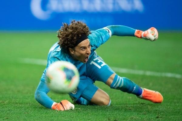 Sobre el final del juego ante Costa Rica realizó una atajada de locura. Foto Especial