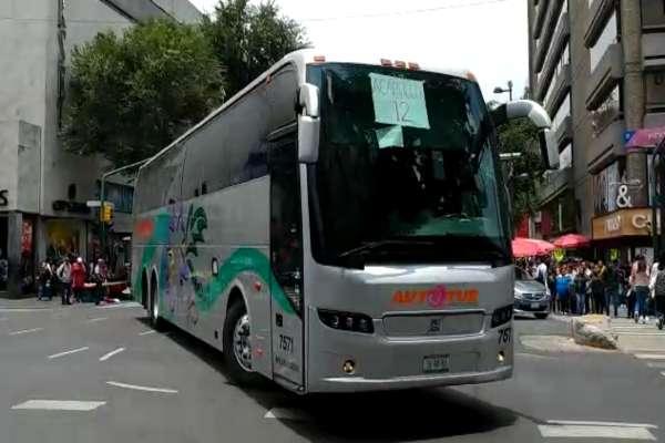 Las personas se bajaron de los autobuses en 20 de noviembre e Izazaga. Foto: Gerardo Suárez