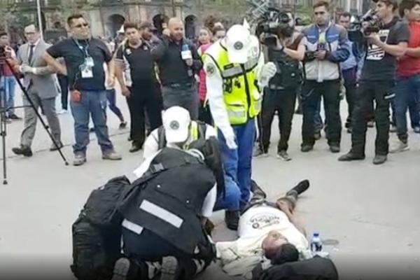 Paramédicos en el lugar, acudieron de inmediato a la zona para atender al joven. Foto PoliticoMx