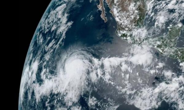 El fenómeno meteorológico se ubica a más de mil 400 kilómetros al suroeste de las costas de Baja California Sur. Foto @webcamsdemexico