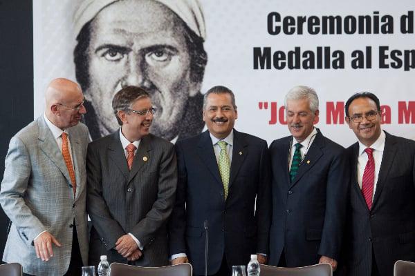 Jaime Cárdenas recibiendo medalla