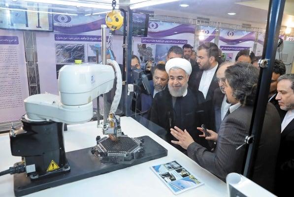VISITA. El presidente Hassan Rouhani escucha sobre nuevos logros nucleares, en 2018. Foto: AP