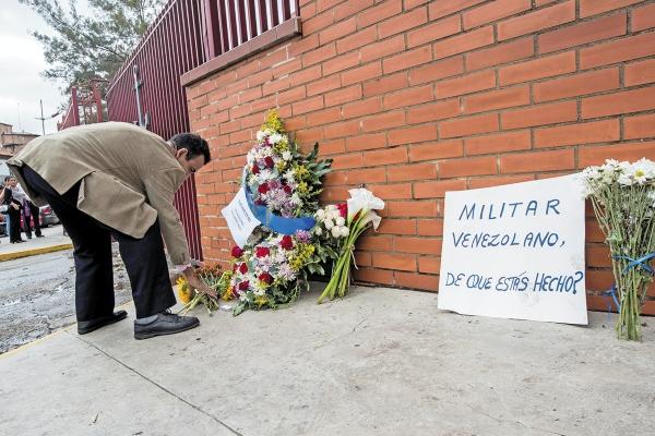 OFRENDA. En honor al capitán venezolano fallecido, ciudadanos dejaron flores. Foto EFE