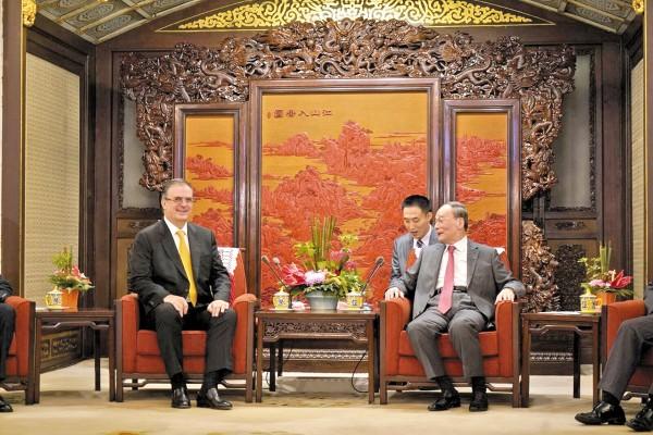LAZOS. El canciller Ebrard se reunió con el vicepresidente Wang Qishan. Foto: Especial