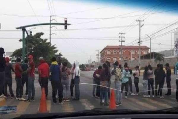 Los alumnos argumentan que la Secretaría de Educación Pública (SEP) no ha atendido sus peticiones. Foto: Miguel Camacho