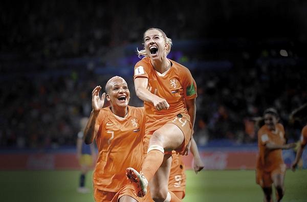 Jackie Groenen fue designada la jugadora del partido por el tanto del triunfo. Foto: AFP
