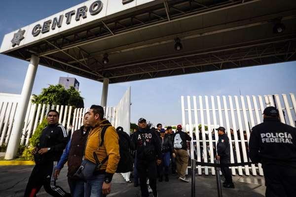 Los policías esperan a que el Secretario de Seguridad y Procuración Ciudadana, Alfonso Durazo, de su mensaje para definir las acciones. Foto: Nayeli Cruz