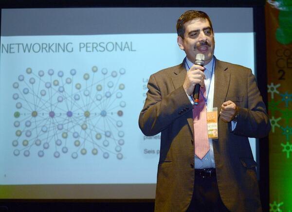 Edmundo Rodarte explicando una presentación