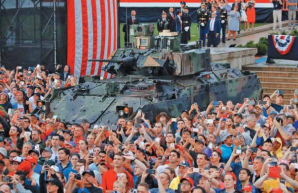 FUERZA. EU mostró parte de su equipo militar, los tanques no desfilaron, para no dañar las calles de Washington, debido a su peso. Foto: AP.