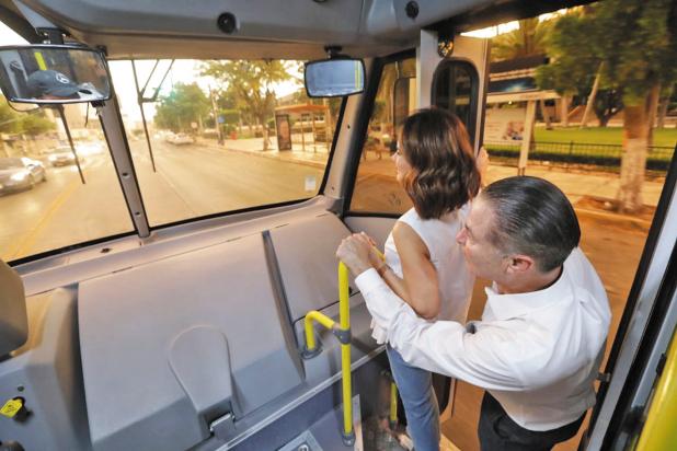 ESTRENO. Quirino Ordaz y su esposa, Rosy Fuentes, probaron uno de los camiones. Foto: Especial.