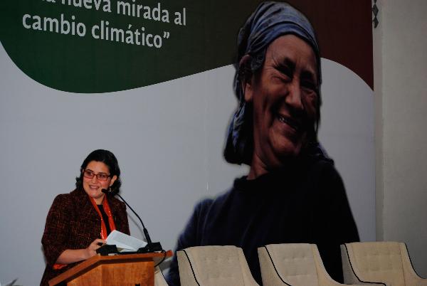 Leticia Gutiérrez dando una conferencia de prensa