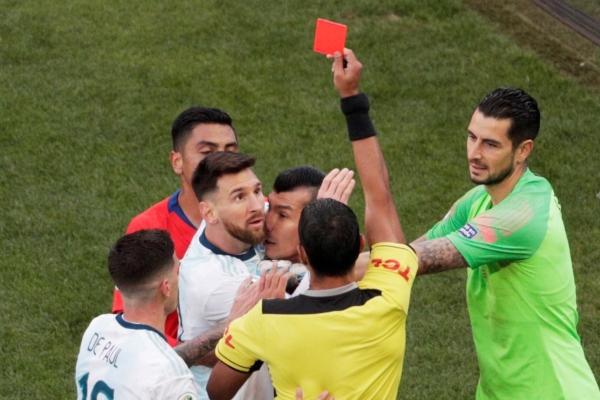 Un encuentro nada atractivo hasta el momento; pero, llegó la expulsión de Lionel Messi. Foto Especial