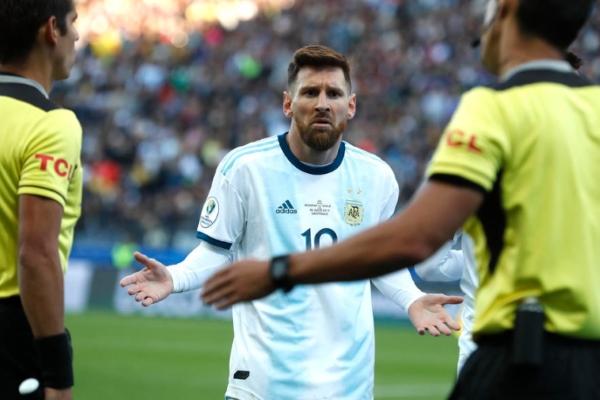 A través de cuenta oficial de Twitter, el organismo rector del futbol sudamericano respondió a las acusaciones de Messi. Foto AP