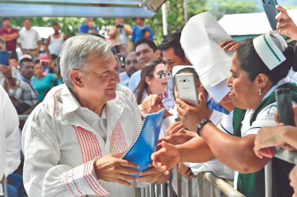 DE CERCA. Andrés Manuel López Obrador reconoció la labor del personal médico en Chiapas. Foto: Especial