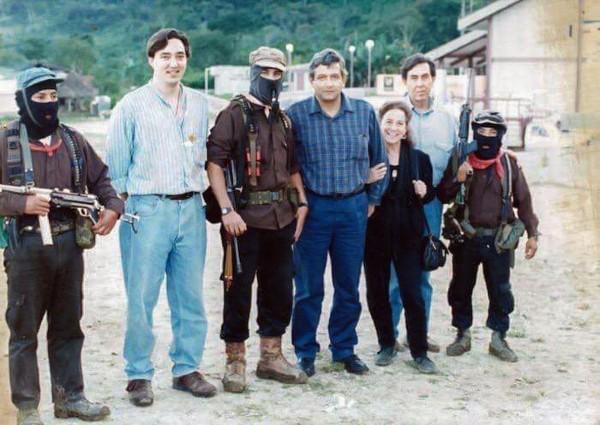 CHIAPAS. AMLO publicó en Twitter una foto de 1994, cuando visitó al subcomandante Marcos. Foto: Especial