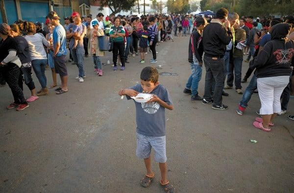 Estos pequeños son llevados con la intención de llegar a Los Ángeles. Foto: AP