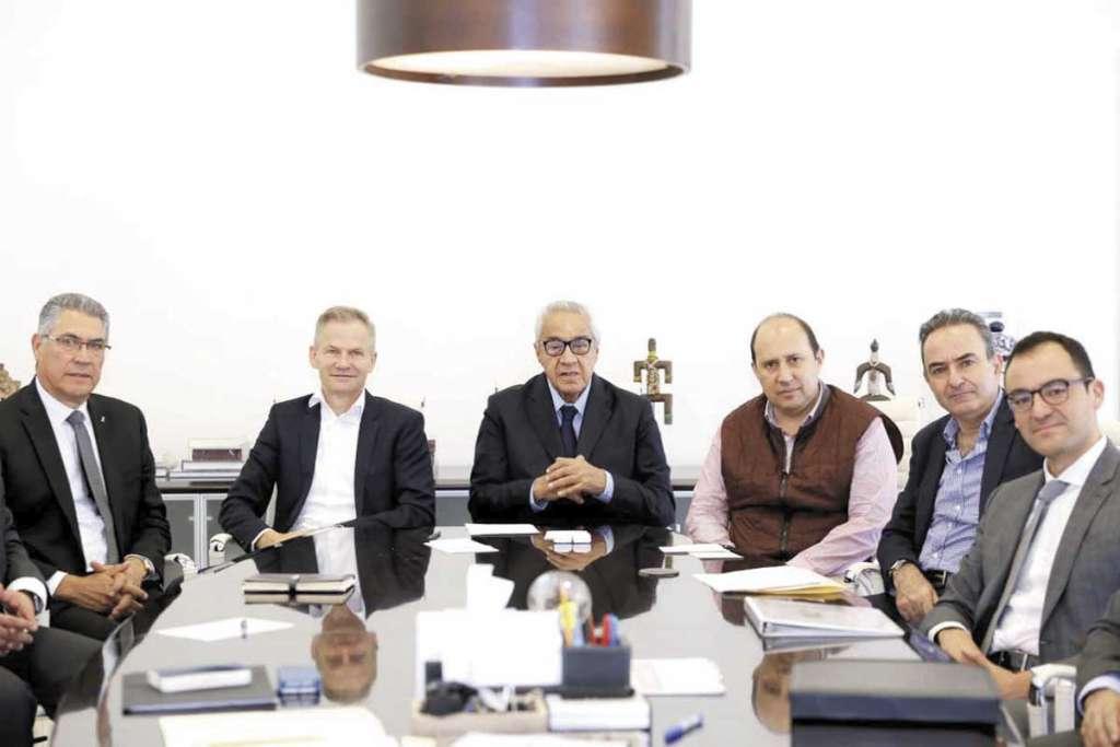 ENCUENTRO. El gobernador interino y tres secretarios se reunieron con directivos de la compañía alemana en la capital. Foto: Especial
