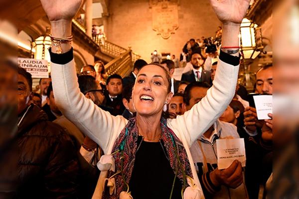 Claudia Sheinbaum se reencuentra con excompañero a través de Facebook. Foto: Leslie Pérez