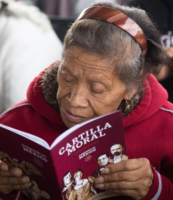Repartir cartilla moral en iglesias sacude el carácter laico del Estado: Bernardo Barranco