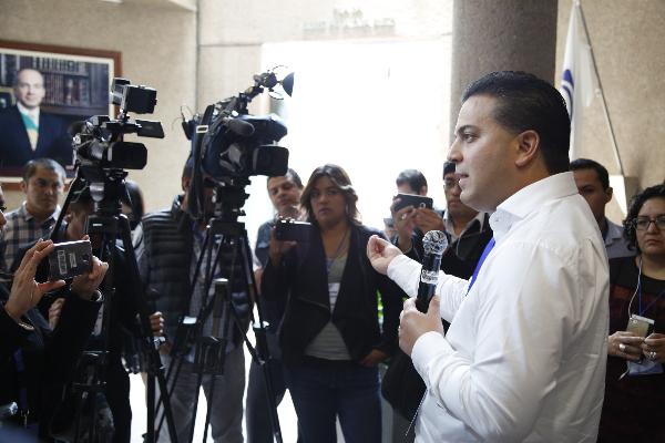 Damián Zepedaen conferencia de prensa frente a cámaras