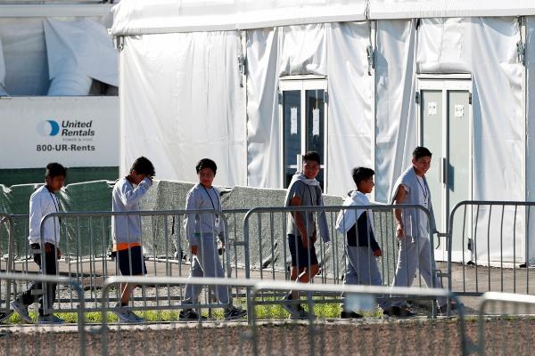 FLORIDA. Niños detenidos hacen fila para ingresar a una tienda de refugio. 3 de julio de 2019. Foto:AP