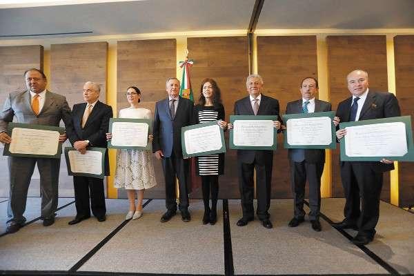 FESTEJO. El Colegio Nacional de Abogados y su presidente, Carlos Viñamata (cuarto de izquierda a derecha), entregó reconocimientos a siete distinguidos abogados. Foto: Nayeli Cruz