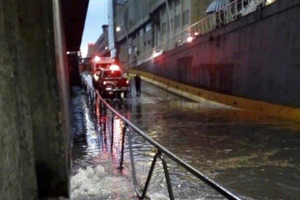 La acumulación de agua se reportó de entre 40 centímetros y hasta 1.20 metros de altura. Foto: @Trafico_ZMG