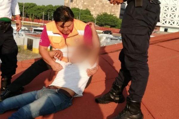 De manera exitosa, el personal logró poner a salvo al joven. Foto: Metro