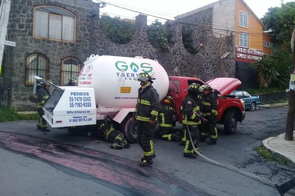 Bomberos capitalinos atendieron la emergencia. Foto: Especial.