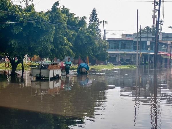 Tras las lluvias se presentó un severo encharcamiento se presentó en la avenida Ignacio Zaragoza a la altura de la avenida República Federal, provocando un tremenda caos vial Foto: Especial