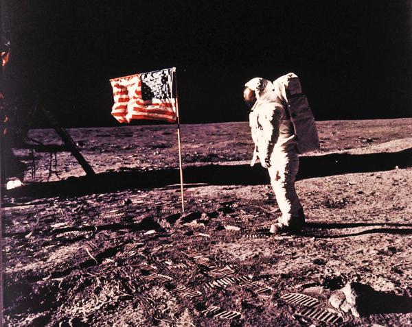 TRIUNFO. El estadounidense Neil Armstrong fue el primer humano en pisar el suelo de la Luna. Foto: AP