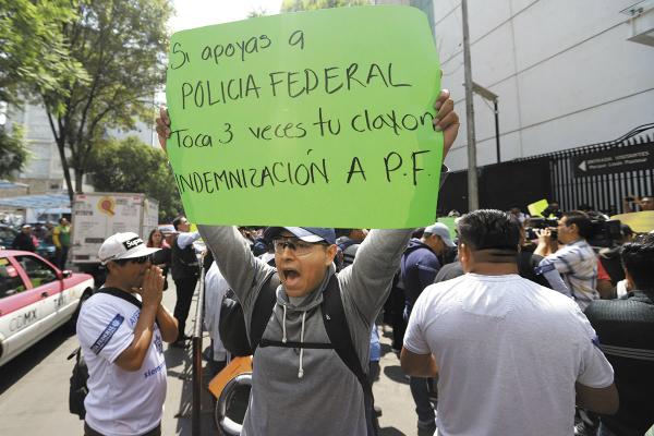 Los policías llevaron su protesta de Iztapalapa al Senado. Foto: Víctor Gahbler.