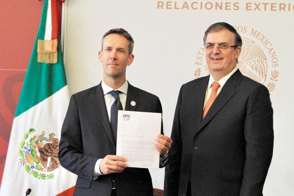 Ryan Brennan y Marcelo Ebrard, ayer, signaron el convenio. Foto: NOTIMEX