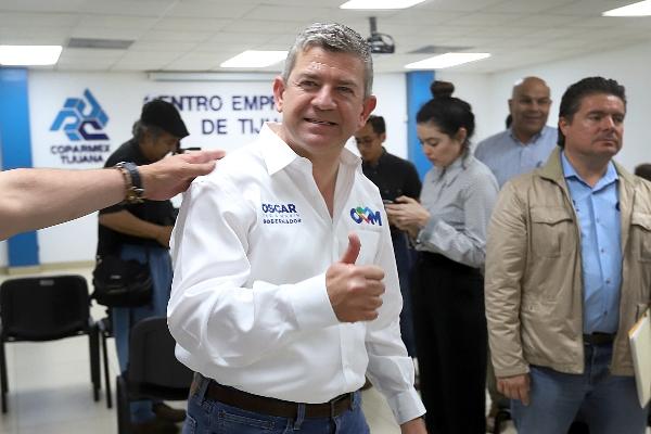 Óscar Vega Marín saludando a cámara en lugar con más gente