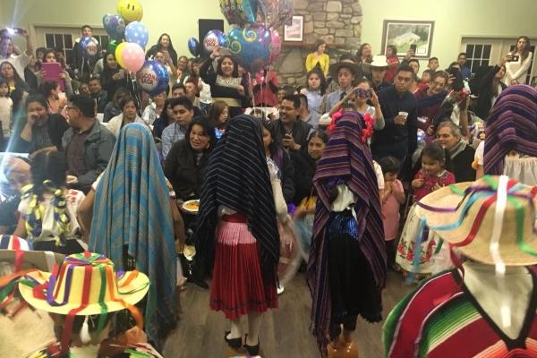 Con este tipo de actividades, se fortalece el arraigo de los pueblos originarios entre la población migrante en Estados Unidos. Foto Especial
