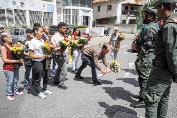 QUEJA. En honor al capitán fallecido, venezolanos colocaron flores en instalaciones militares. Foto: EFE.