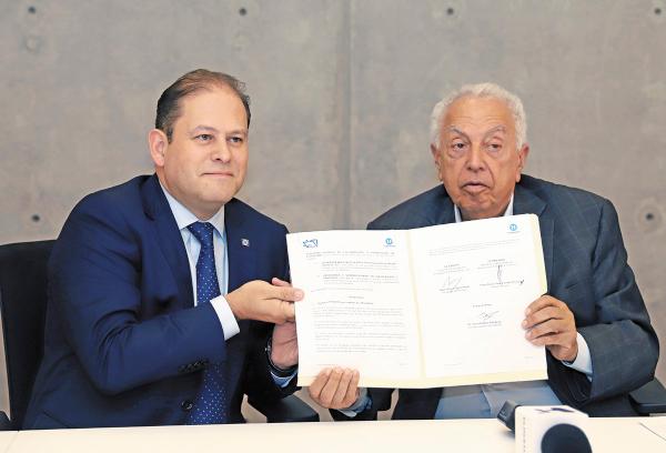 DIVULGACIÓN. Franco Carreño y Mayer Zaga Galante firmaron el documento de colaboración para difundir la memoria histórica. Foto: Víctor Gahbler