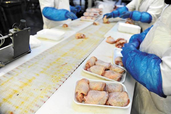 MEDIDA. El gobierno de Hong Kong suspendió la importación de carne de pollo.Foto: Especial.