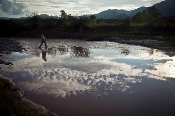 Se hacen labores de limpieza en el Río Sonora en 2017, luego del derrame de 2014. Foto: Cuartoscuro