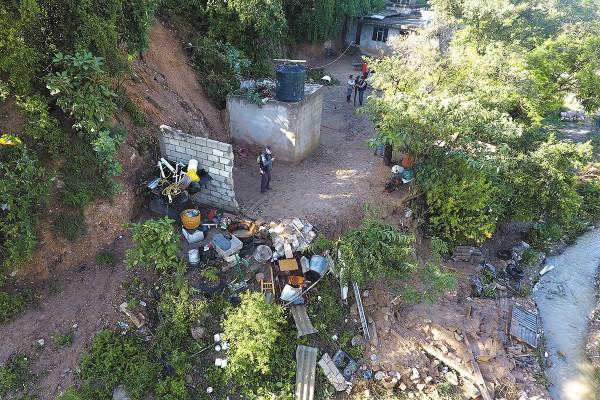 La vivienda de la familia Leyva quedó destruida, flanqueada por otras casas que sufrieron daños. Foto: Enfoque