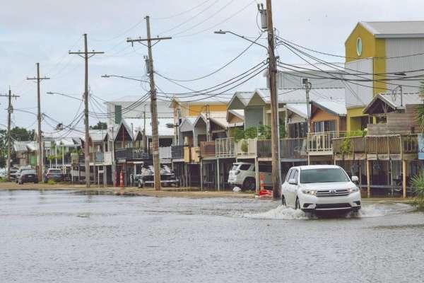 ANEGACIÓN. Ayer comenzaba a subir el nivel del agua en carreteras y zonas habitadas del estado de Luisiana. Foto: AP