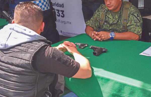 Un hombre llevó dos armas cortas, por las que recibió 10 mil pesos. Foto: Daniel Ojeda