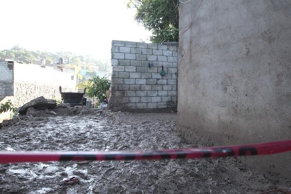 Integrantes de una familia de Santo Tomas Chautla quedaron sepultados al desplomarse el techo de una vivienda por el desgajamiento del cerro debido a la fuerte lluvia. Foto: Cuartoscuro