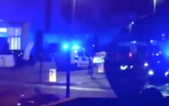 El vehículo arrolló a un grupo de personas cuando salían de un hotel. Foto Twitter