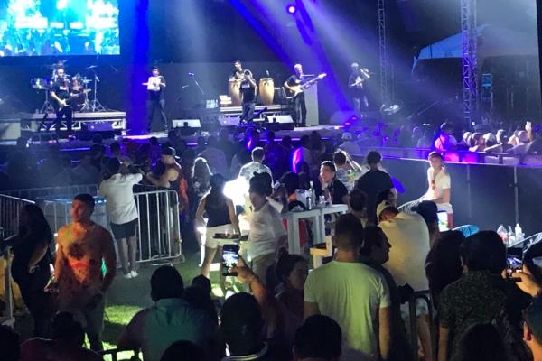 El sonido del acordeón de inmediato puso a bailar a las cientos de personas. Foto: Patricia Villanueva
