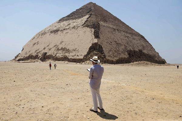 Los turistas podrán bajar por un túnel desde la cara superior norte de la pirámide y descender hasta dos de las cámaras al interior de la estructura de 4.600 años de antigüedad. Foto: EFE