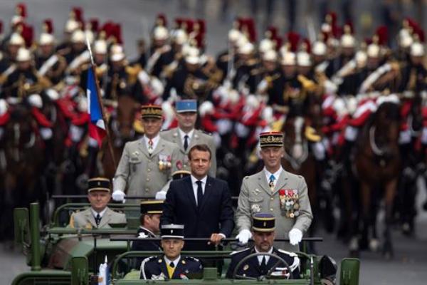 El presidente francés, Emmanuel Macron, inauguró las celebraciones de su fiesta nacional con el tradicional desfile militar.